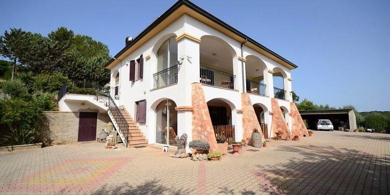 Vendesi ampia villa bi-livello vicinissimo città